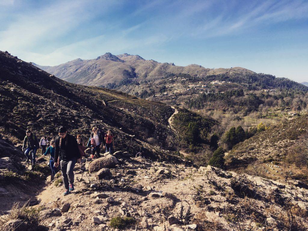 brązowe góry niedaleko Porto. ludzie idą wśród gór.