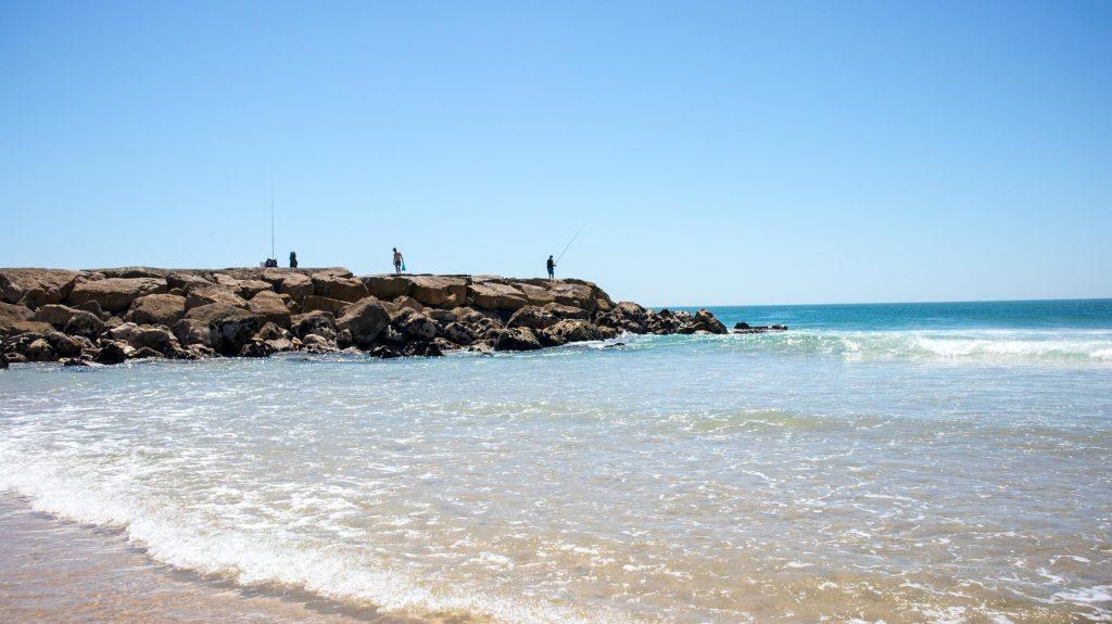 ocean niedaleko lizbony wedkarze lowia ryby na klifie