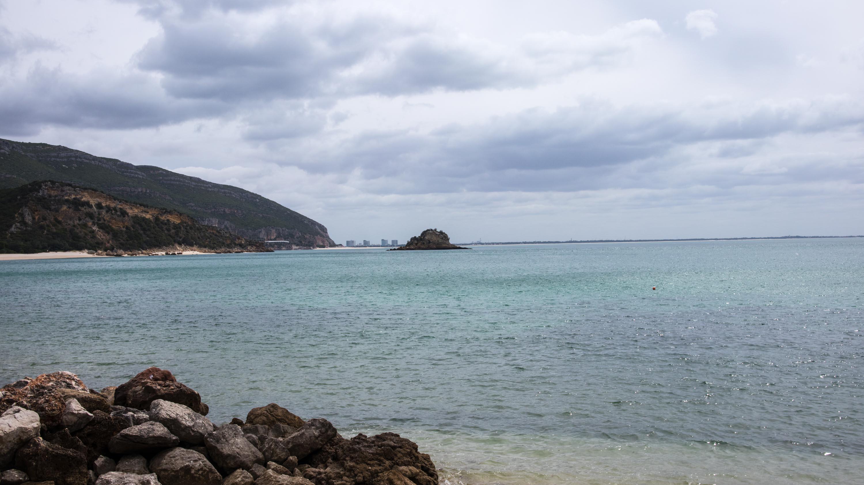 widok na niebieską wodę w poninho da arrabida