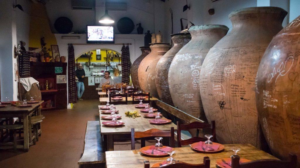 kadzie z winem we wiosce villa de frades w alentejo