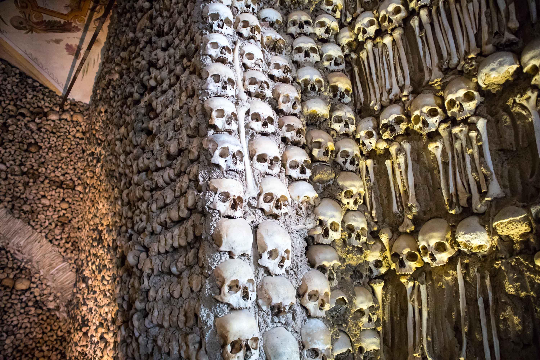 sciana wysadzana czaszkami w evorze