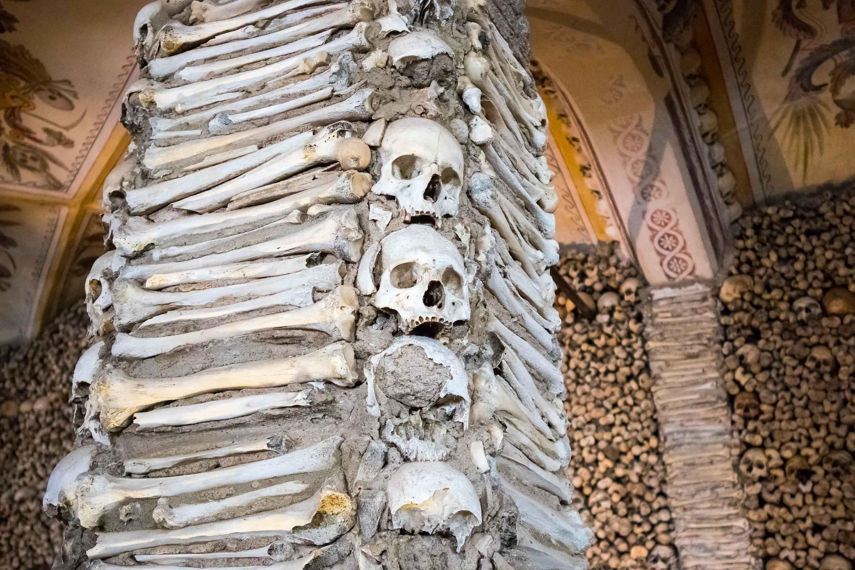 słup wysadzany czaszkami i ludzkimi koścmi w evorze