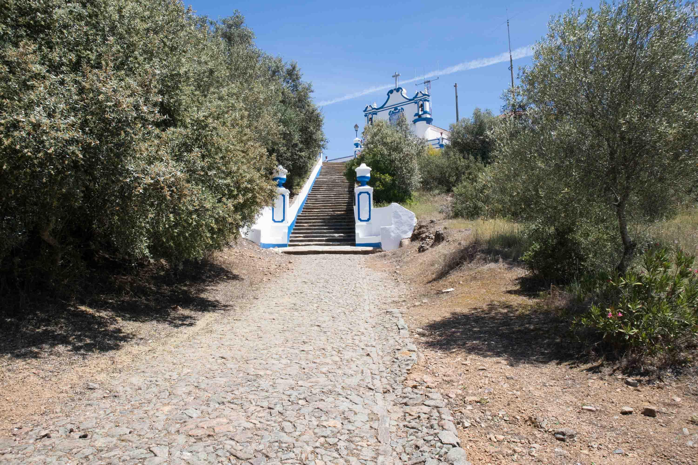 mały niebiesko-biały kościółek w alentejo na wzgórzu