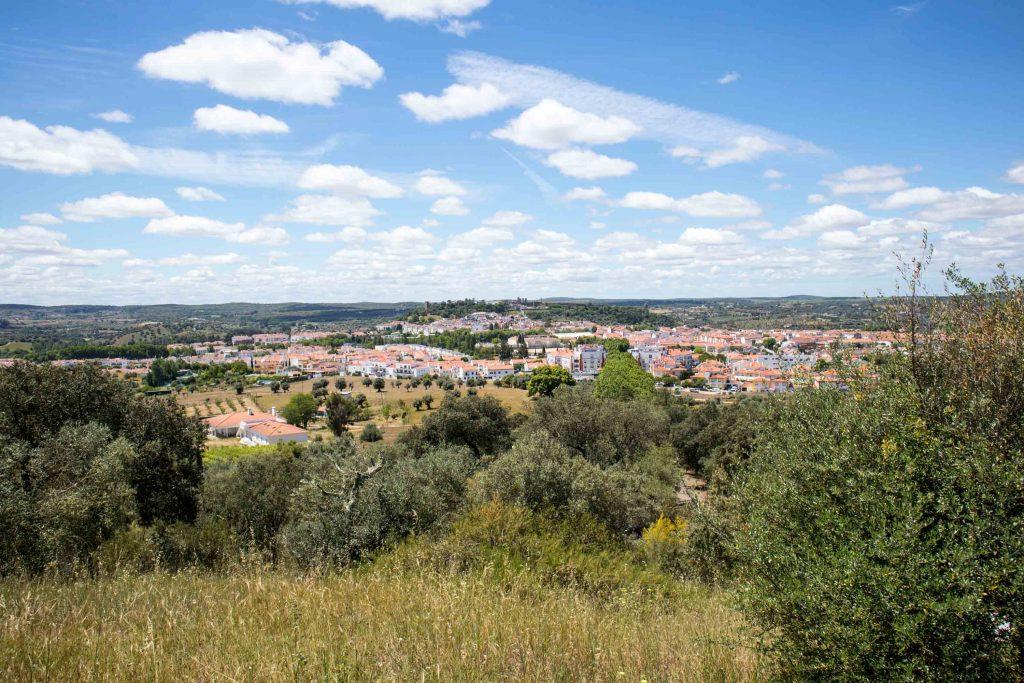 widok na wioskę i łąki w alentejo