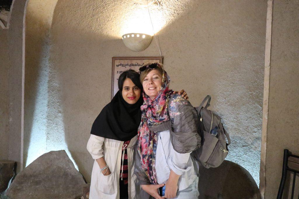 dwie mlode dziewczyny w iranie