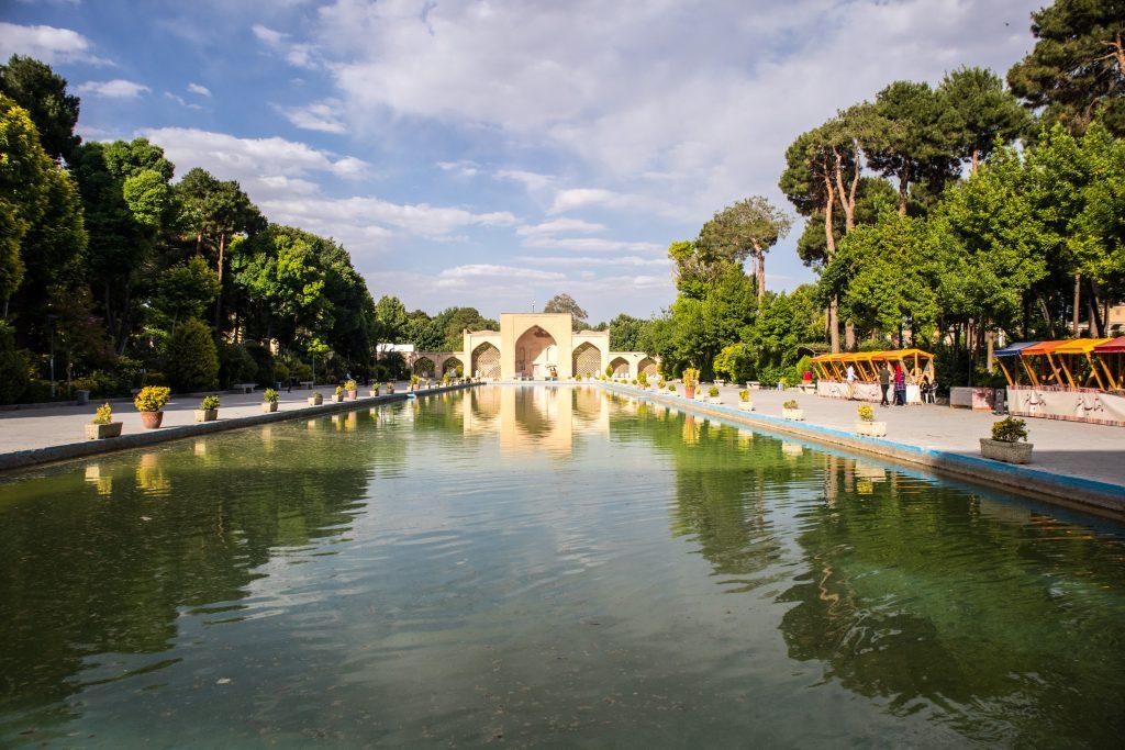 Widok na pałac Chechel Sotun w Esfahan, w Iranie.