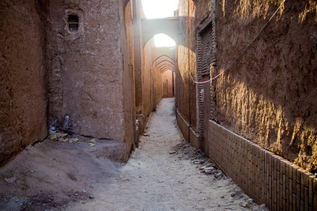 mała, wąska uliczka w yazd w iranie