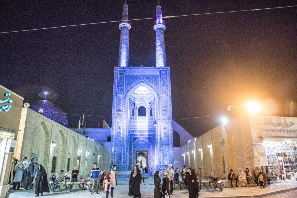 kolorowy meczet w yazd oswietlony przez ksiezyc i lampy w nocy
