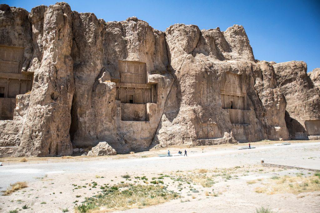 skały w nekropolis w iranie