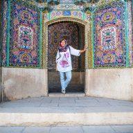 dziewczyna ubrana w hijab pozuje na tle kolorowej ściany w iranie