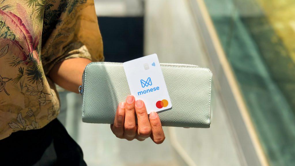 kobieta trzyma kartę monese i portfel
