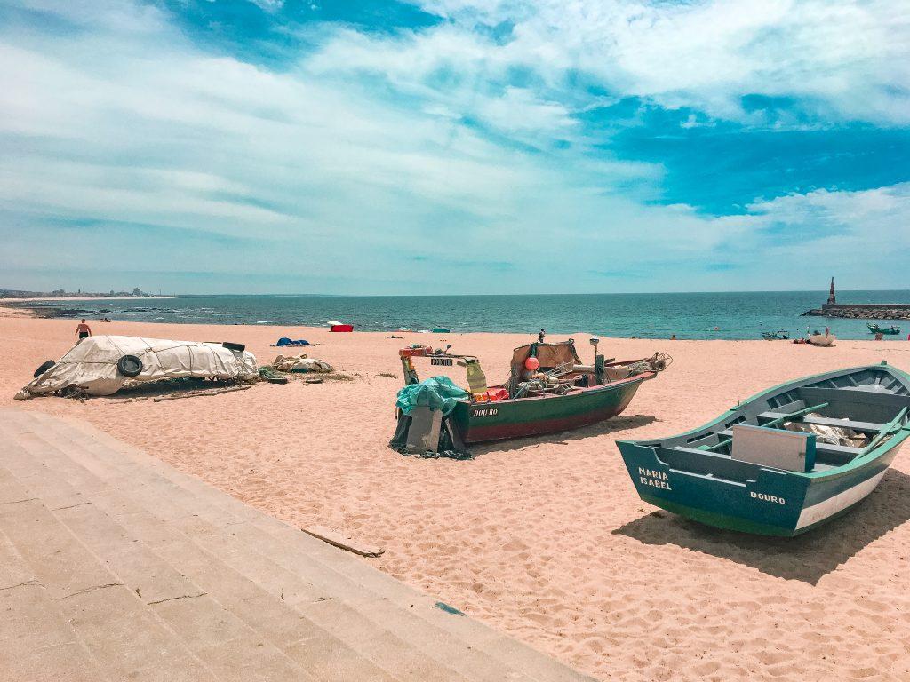 łodzie na plaży w porto