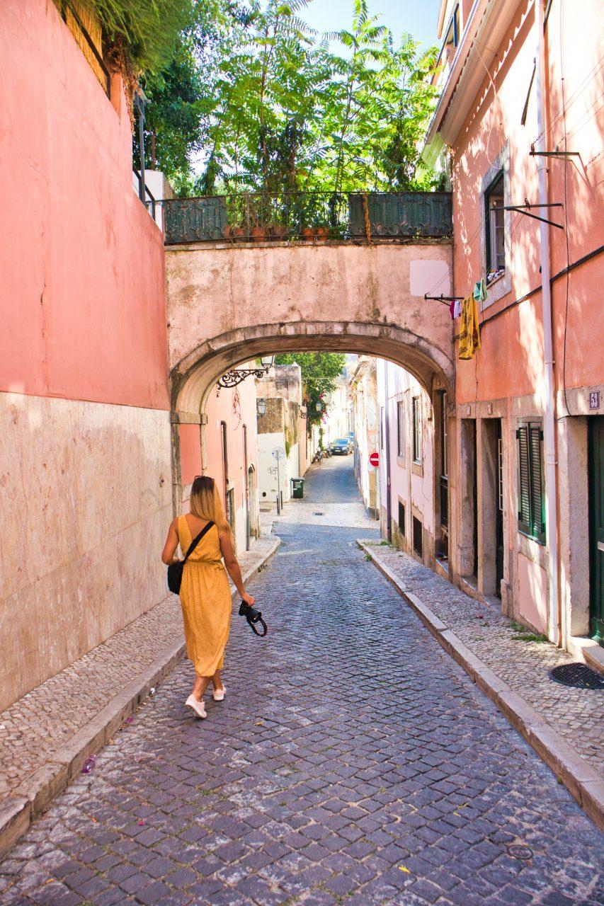 dziewczyna idzie ulicami lizbony