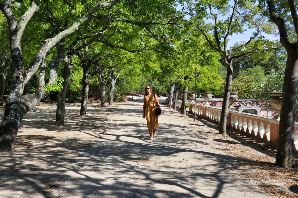 blond dziewczyna w parku w lizbonie