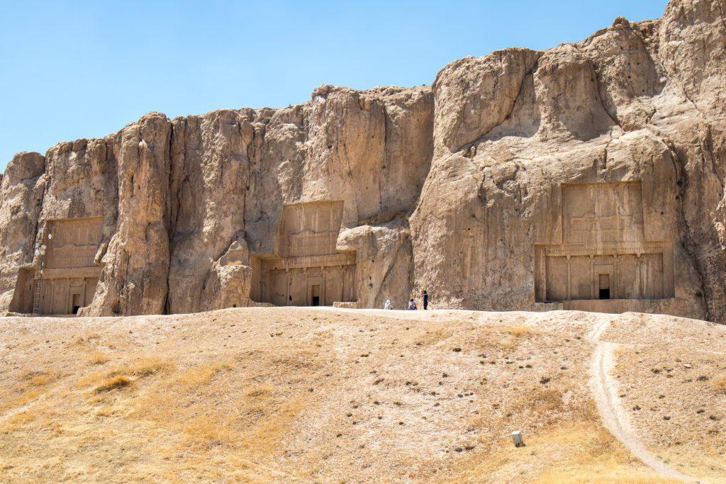skały nekropolis widziane z daleka