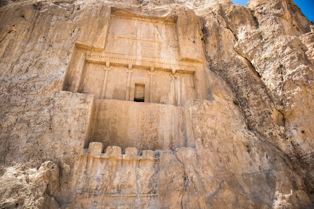 grobowiec perskiego wladcy wkuty w skale w iranie