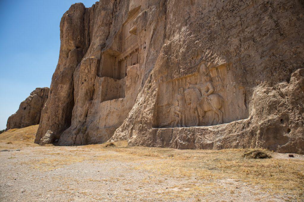 skała z grobowce i rzeźbą w nekropolis w iranie
