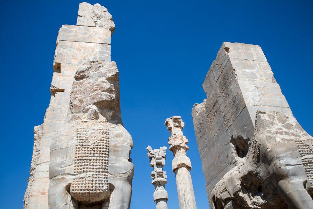 stare zabytki i skały w persepolis w iranie
