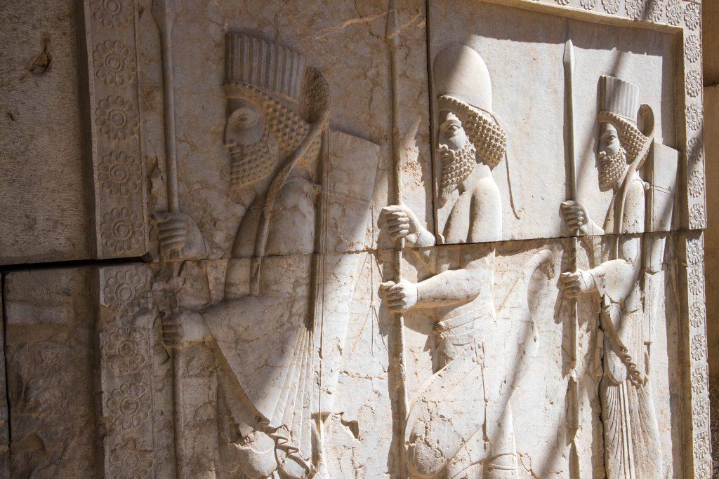płasorzeźby na murze w persepolis w iranie