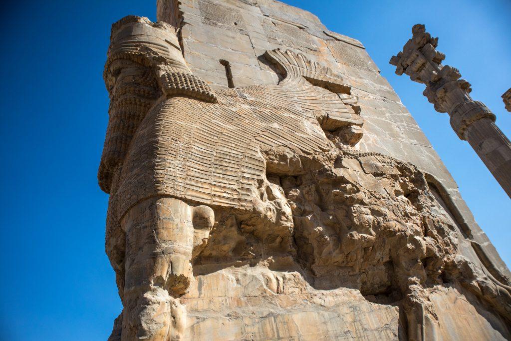 rzeźba na kamiennej bramie persopolis w iranie