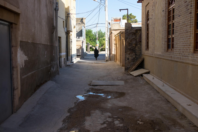 kobieta w chadorze idzie ulica w shiraz, w iranie