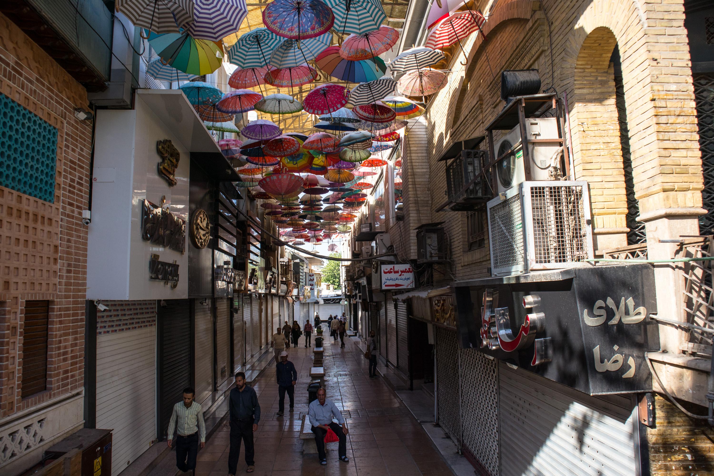 kolorowe parasolki na bazarze nad przejsciem dla pieszych w shiraz