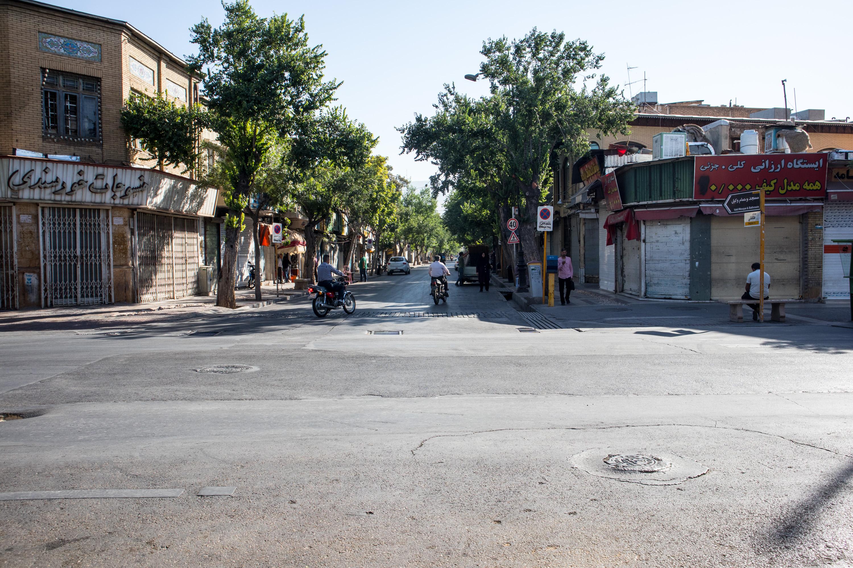 skrzyzowanie ze sklepami i straganami w shiraz, w iranie
