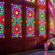 dziewczyna siedzi na podlodze w rozowym meczecie przy zamknietym oknie