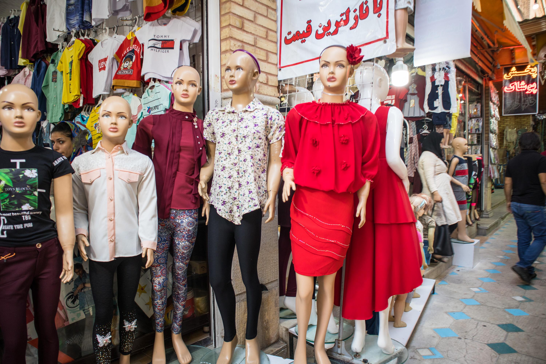 manekiny ubrane w europejskie stroje stoją na ulicy w shiraz, w iranie