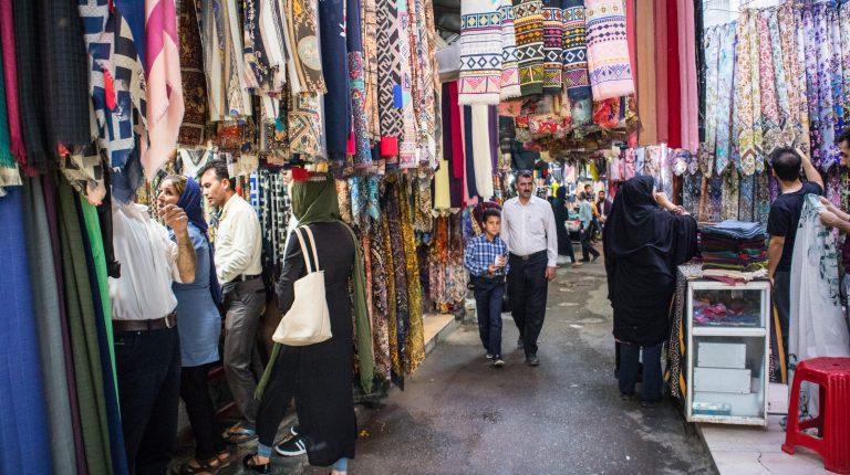 ojciec i syn przechadzają się ulicami Shiraz
