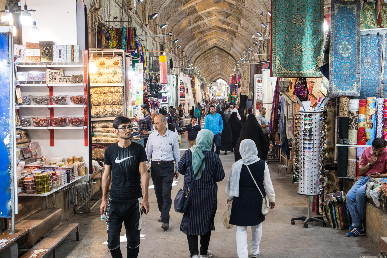 przechodnie przechadzają się po vakil bazaar w shiraz w iranie.