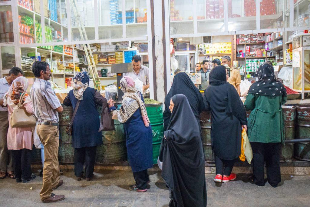 kobiety stoją w kolejce do sklepu na vakil bazaar w shiraz, w iranie