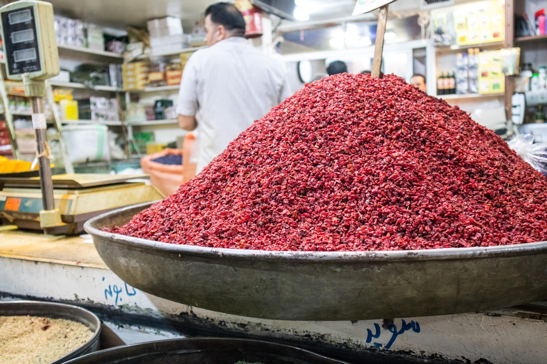 czerwona przyprawa na stoisku w shiraz, w iranie