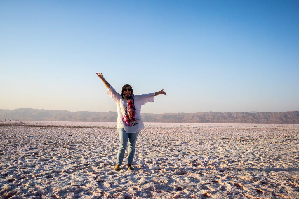 dziewczyna stoi na soli na jeziorze maharloo w Shiraz, w Iranie