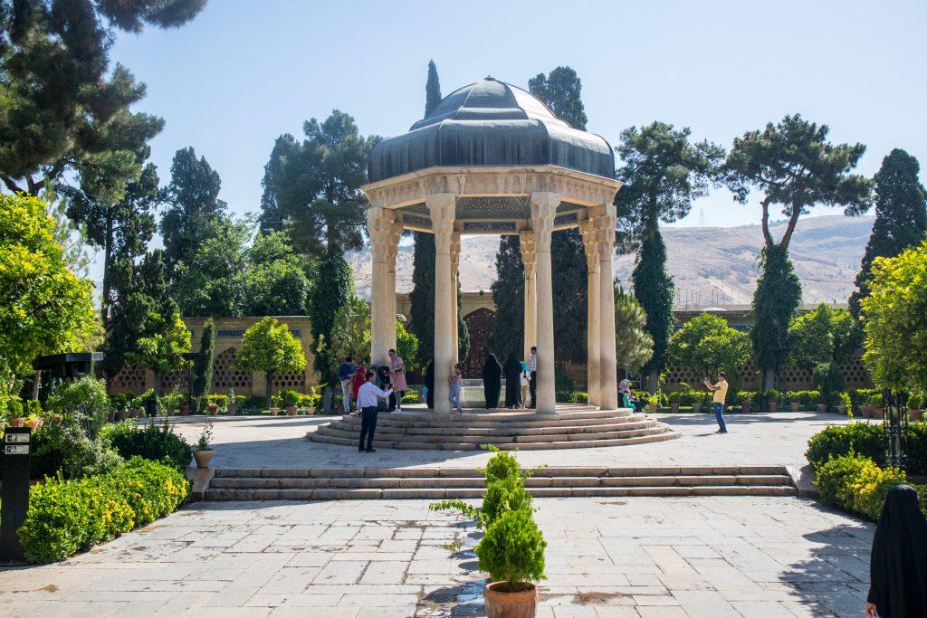 grób hafeza w shiraz, w iranie, w ogrodzie w słoneczny dzień
