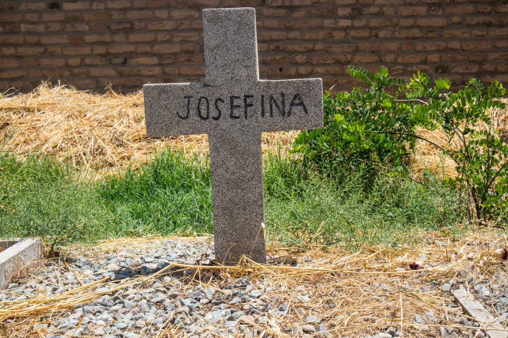 krzyż z napisem josefina na polskim cmentarzu w teheranie