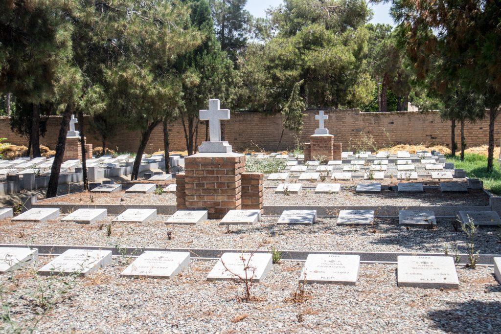 groby żołnierzy na polskim cmentarzu w teheranie
