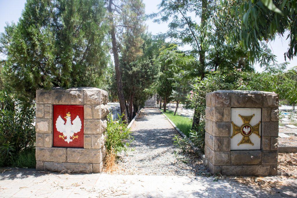 wejście na polski cmentarz w teheranie