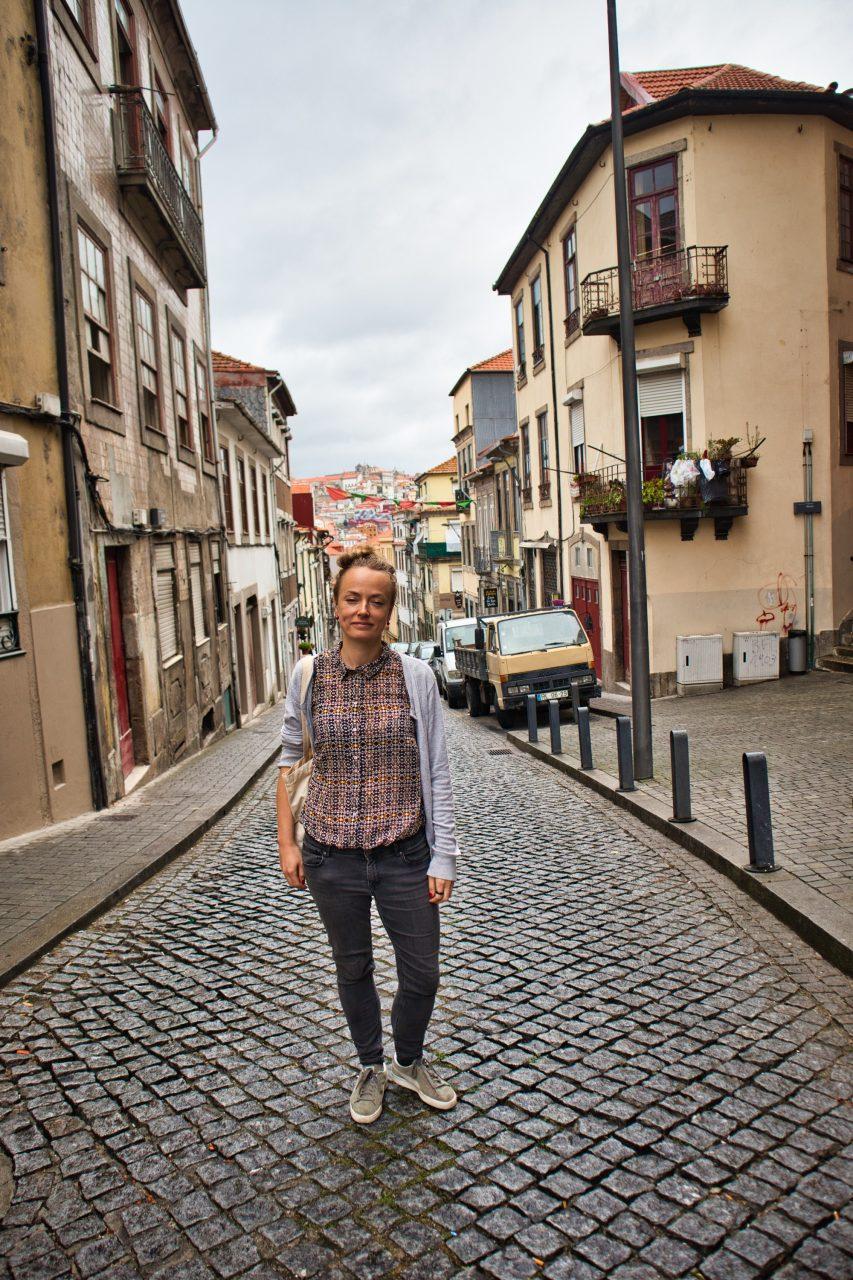 Magda Horanin stoi na ulicy w Vila Nova de Gaia w Porto