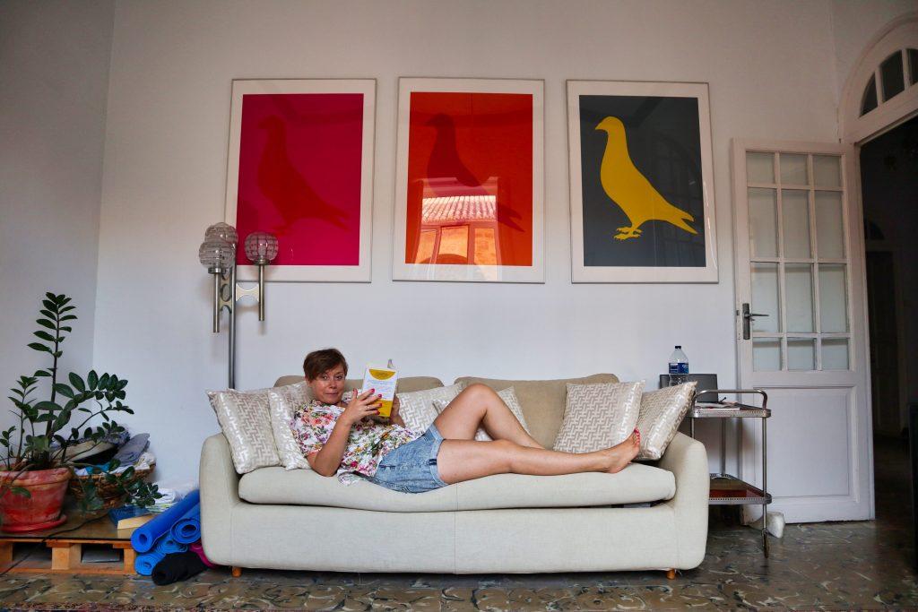 joanna horanin leży na kanapie w hotelu w walencji i czyta książkę