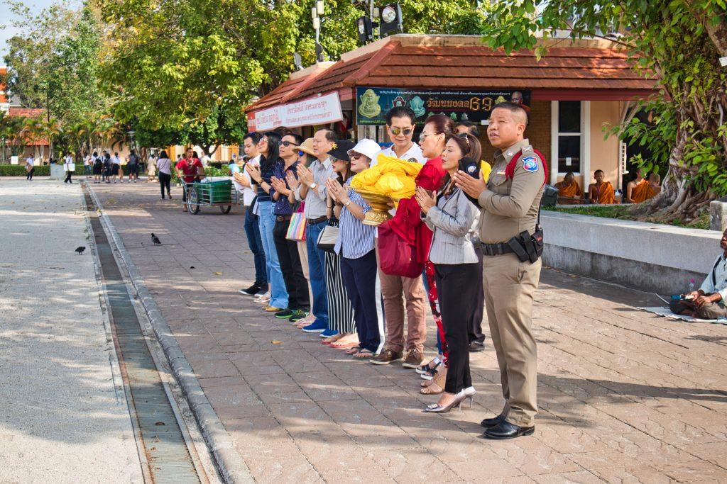 thailand-nakhon-si-thammarat-temple-buddhist-visitors