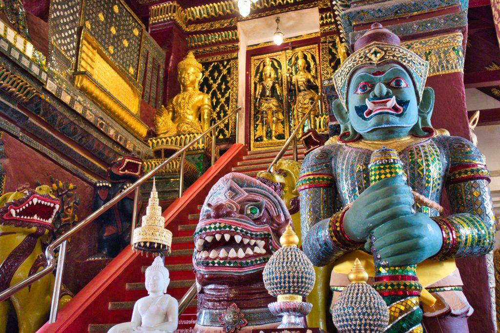 wielki, kolorowy demon pilnuje wejścia na górę stupy, gdzie mieszczą się szczątki buddy.