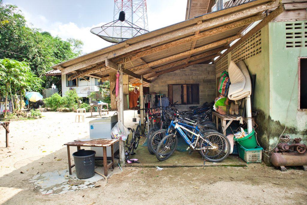 podwórko na tajskiej wsi zastawione gratami