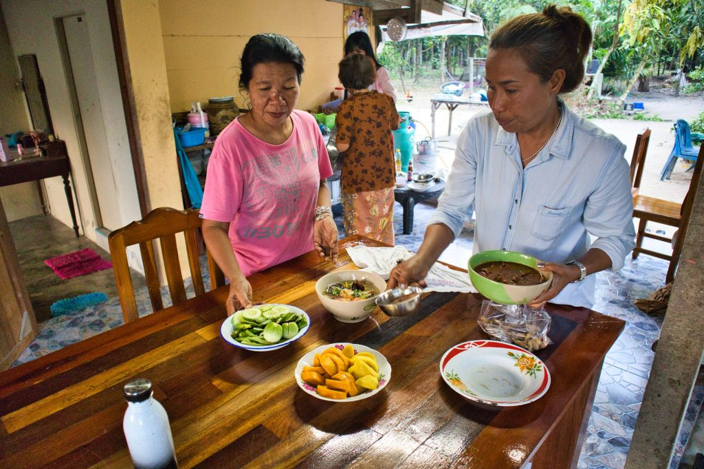 dwie tajskie kobiety na wsi przygotowują jedzenie dla turystów
