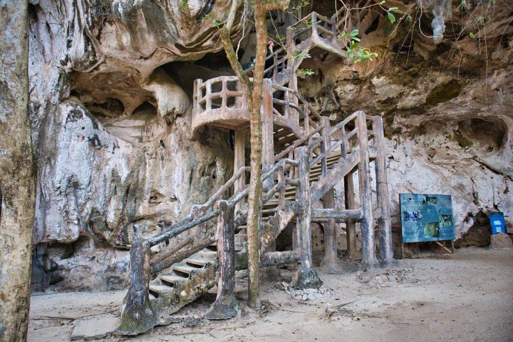 schody wiodące do jaskini kanabnam w prowincji krabi, w tajlandii