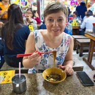 kobieta je boat noodles, lokalne jedzenie w bangkoku.