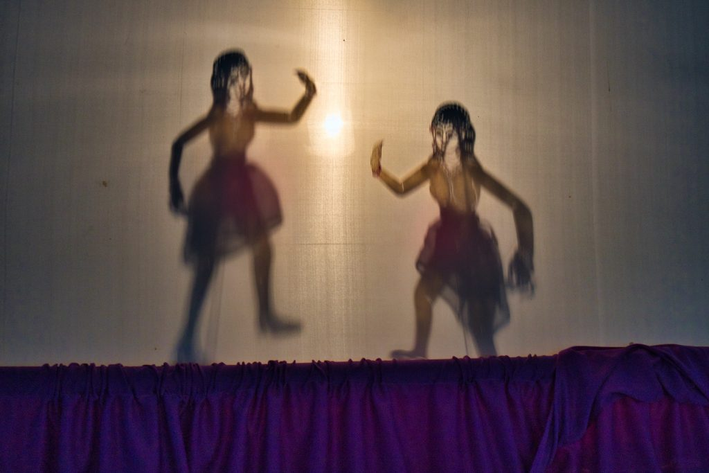 dwie marionetki cieni w teatrze cieni w nakhon si thammarat.