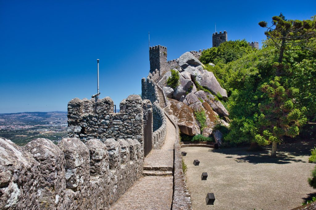 Mury zamku maurów. Treking w Sintrze.