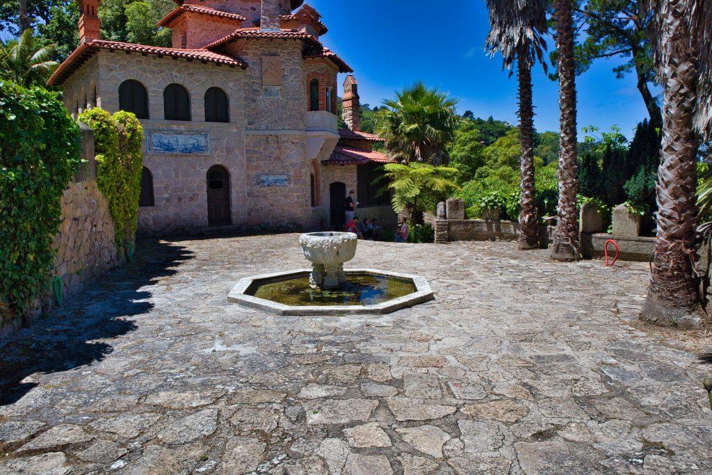 Mały skwerek z fontanną na drodze do Zamku Maurów w Sintrze.