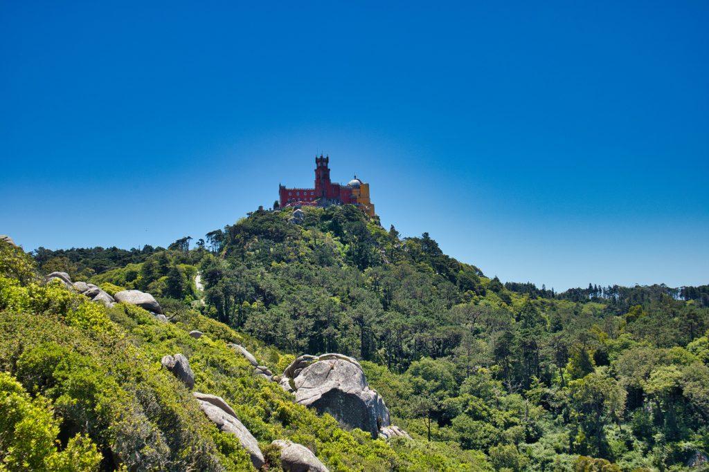 Pałac Pena widziany z murów Zamku Maurów w Sintrze.